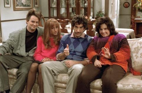 När gör Monica börja dejta Richard